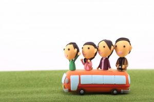 家族で旅行に行く人の人形
